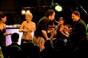 Musiker auf Bühne, Coverband, Partyband