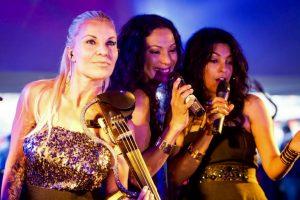 Geigerin, Sängerin, lächelnd Coverband Party Auftritt